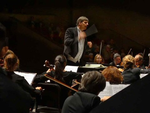 Maestro Peter Jaffe conducts the Stockton Symphony / Twitter
